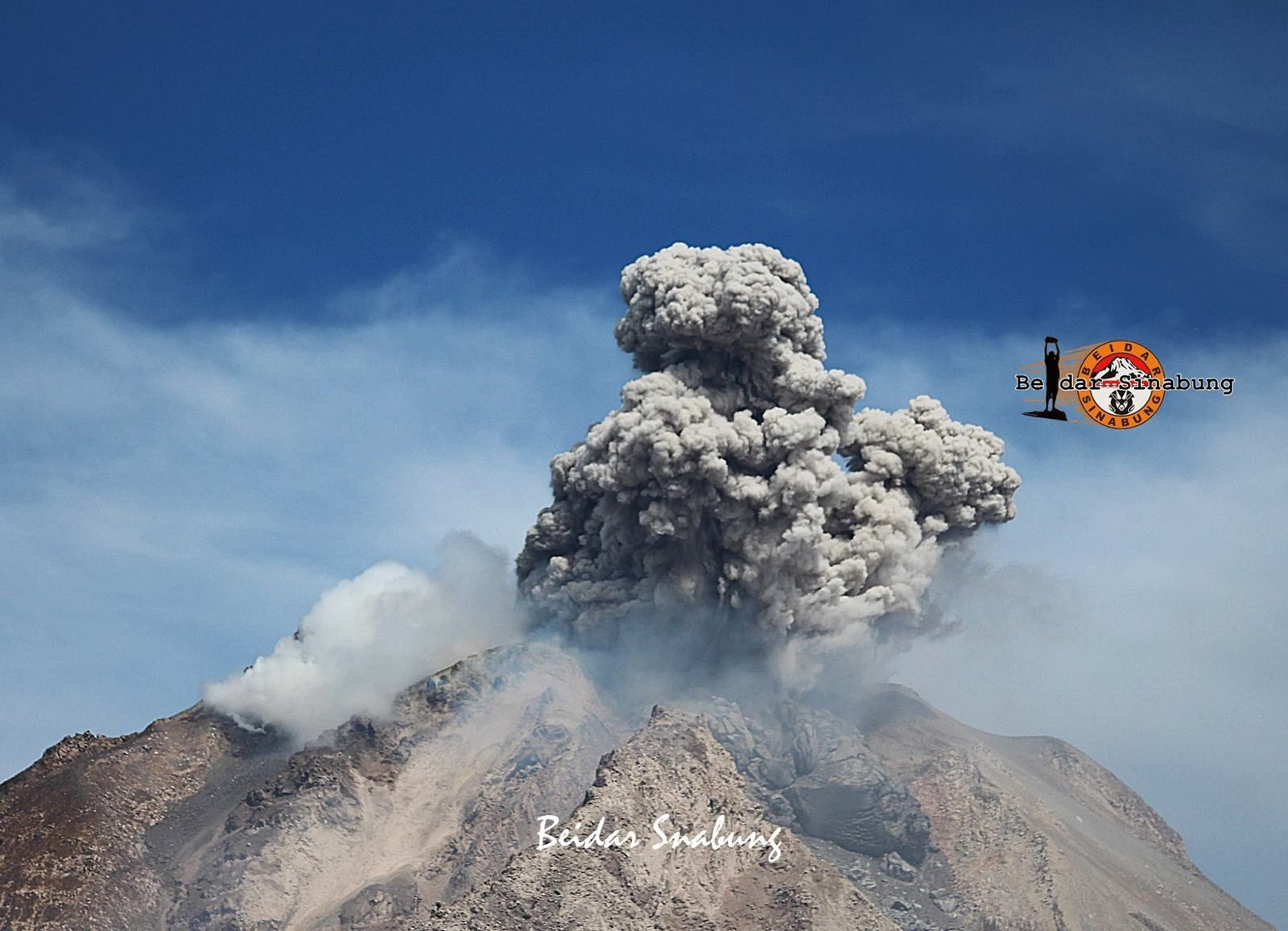 Sinabung - petite explosion sommitale - le 17.09.2016 / 10h07 WIB - photo Firdaus Surbakti / Beidar Sinabung