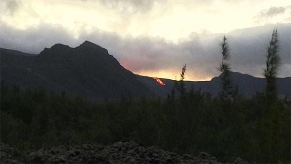 The lava front visible from the road lava - photo Sarah R. / via Fournaise.info 17.09.2016
