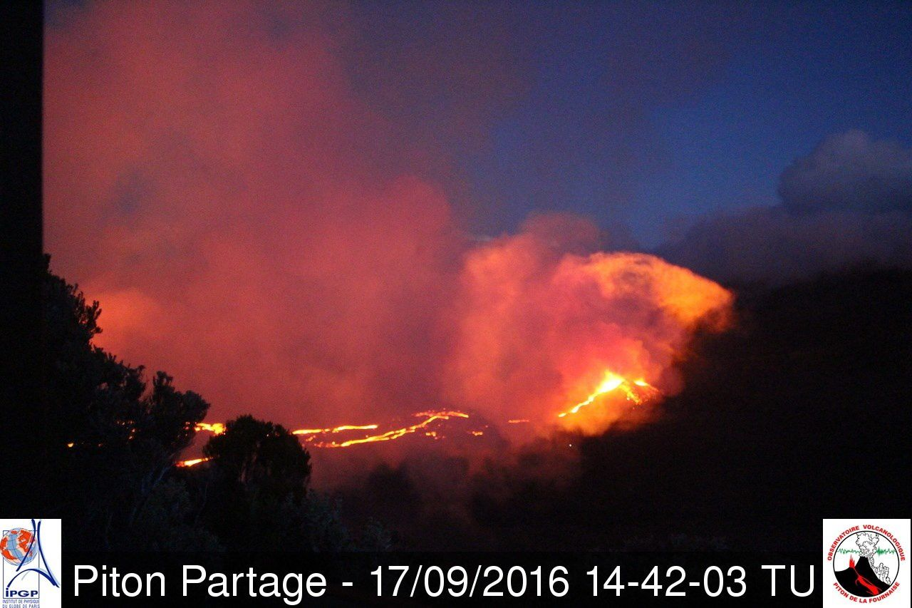 Piton de la Fournaise - activity of the cone and issuance of a new lava arm - webcam Piton Partage / OVPF 09.17.2016 / TU 2:42 p.m. - 6:42 p.m. loc
