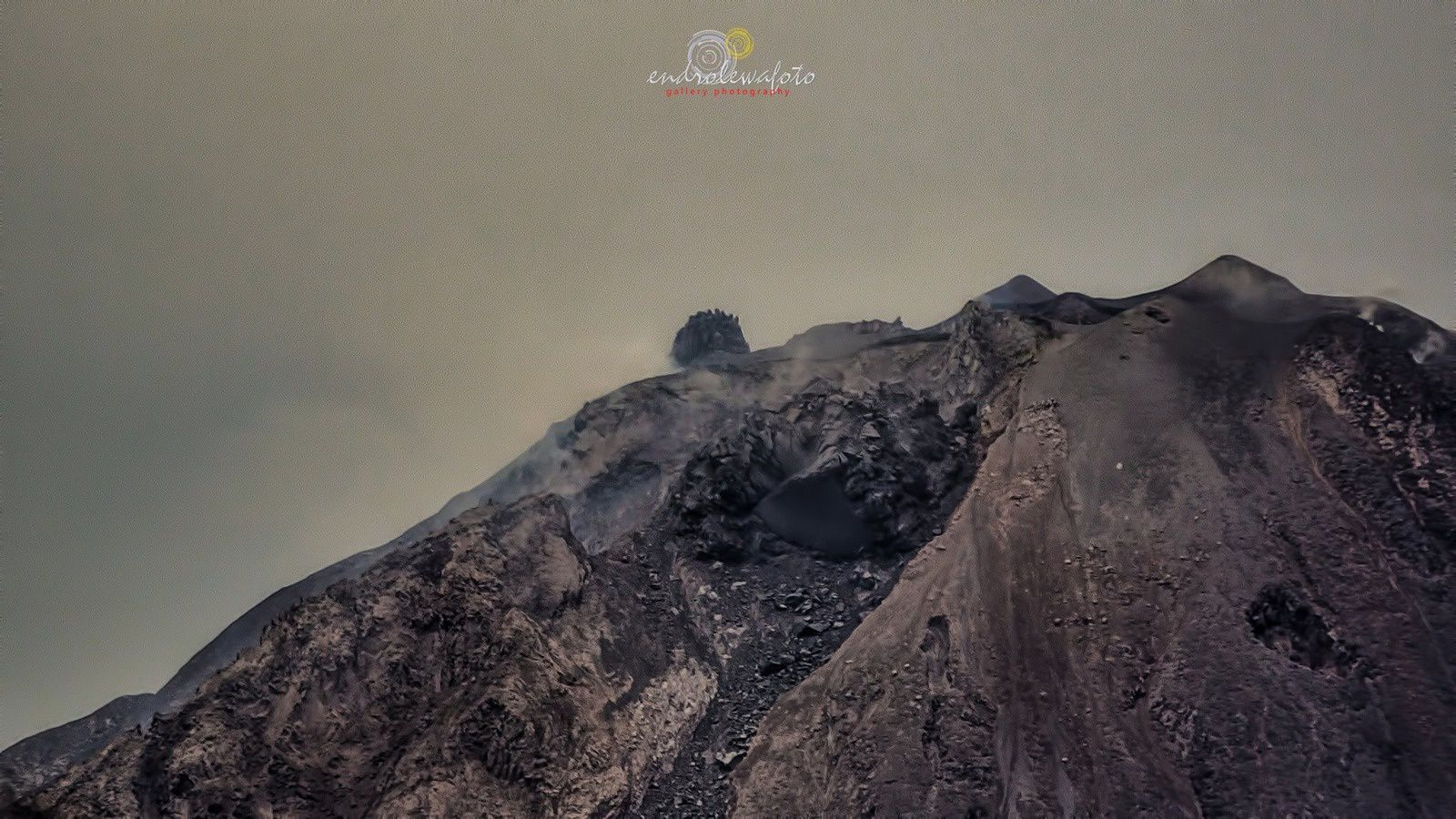 Dome of Sinabung on 16/09/2016 at 11h54 (top) and 17.09.2016 at 11:37 (bottom) - Photo endrolewa