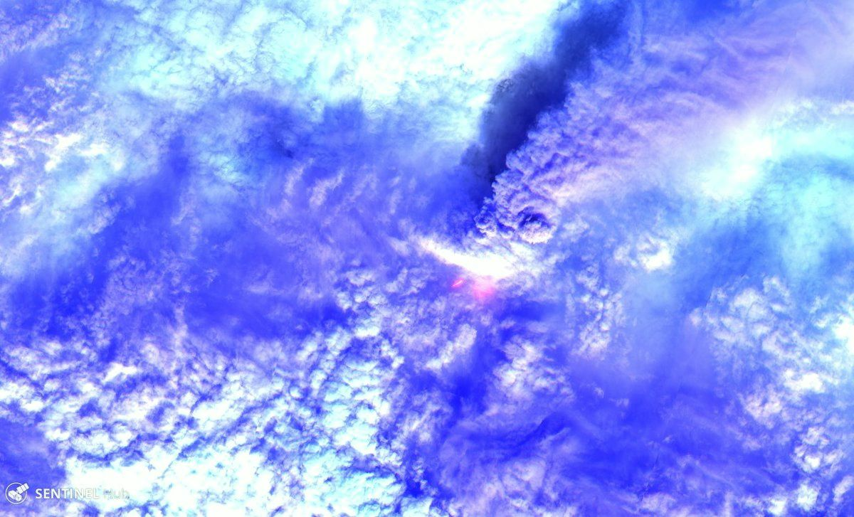 Klyuchevskoy seen by the Sentinel-2 satellite - a click on the image reveals the glow of avalanches in the middle, and the ash plume -  picture on line on the 21.09.2016