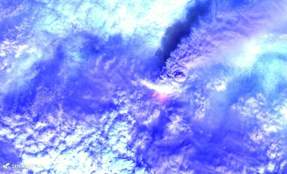 Klyuchevskoy vu par le satellite Sentinel-2 - un clic sur l'image révèle l'incandescence des avalanches au centre, et le panache de cendres -  - image mise en ligne le 22.09.2016