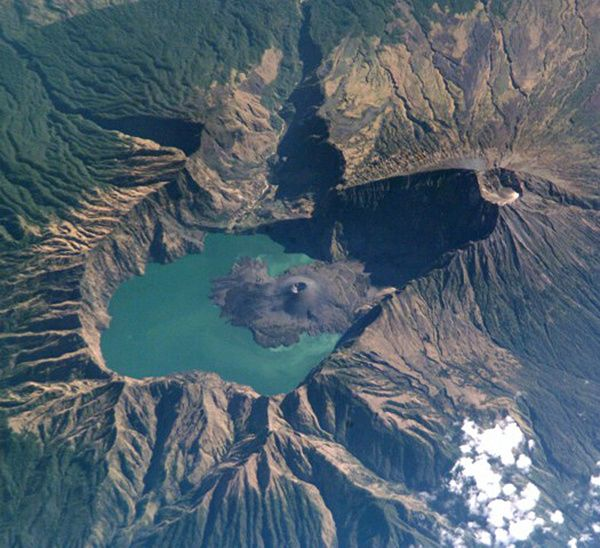 Rinjani - the Barujari cone occupies part of the caldera lake of Rinjani - Doc. Nasa space shuttle ISS005-E-15296