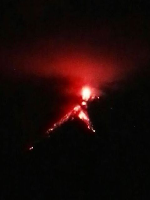 Fuego - the 28/09/2016 - two flows are visible in addition to the intense summit activity - photo Conred