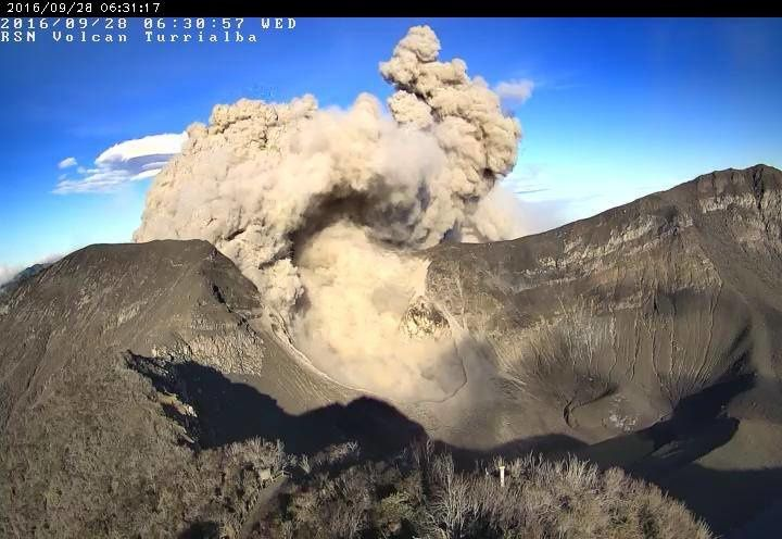 Turrialba - emissions of ash continue - 09.28.2016 / 6:31 - crater webcam RSN