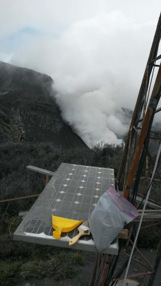 Turrialba - harvest of ash during the cleaning of the solar panels powering measuring instruments - Image 2016.09.28 / Dr. Oscar Lücke / Universe. Costa rica