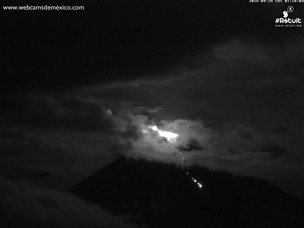 Colima - evolution of the dome between 0:17 and 9:38 p.m. on 09/29/2016 - on the right picture, we see the expansion of the dome on the upper slope - webcamsdeMexico