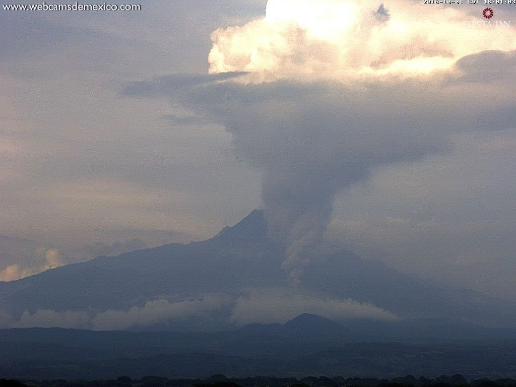 Colima - 01.10.2016 / 18:01 - significant plume and pyroclastic flow - WebcamsdeMexico