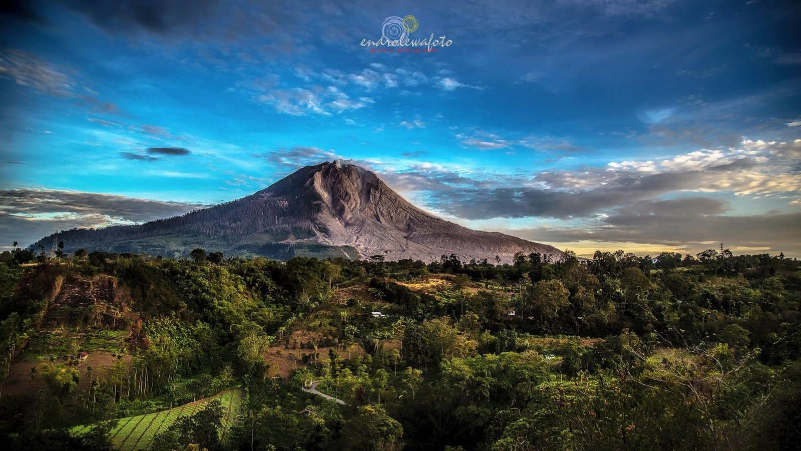 Sinabung - the volcano under a blue clear sky on 02/10/2016 / 6:44 - photo Endro Lewa