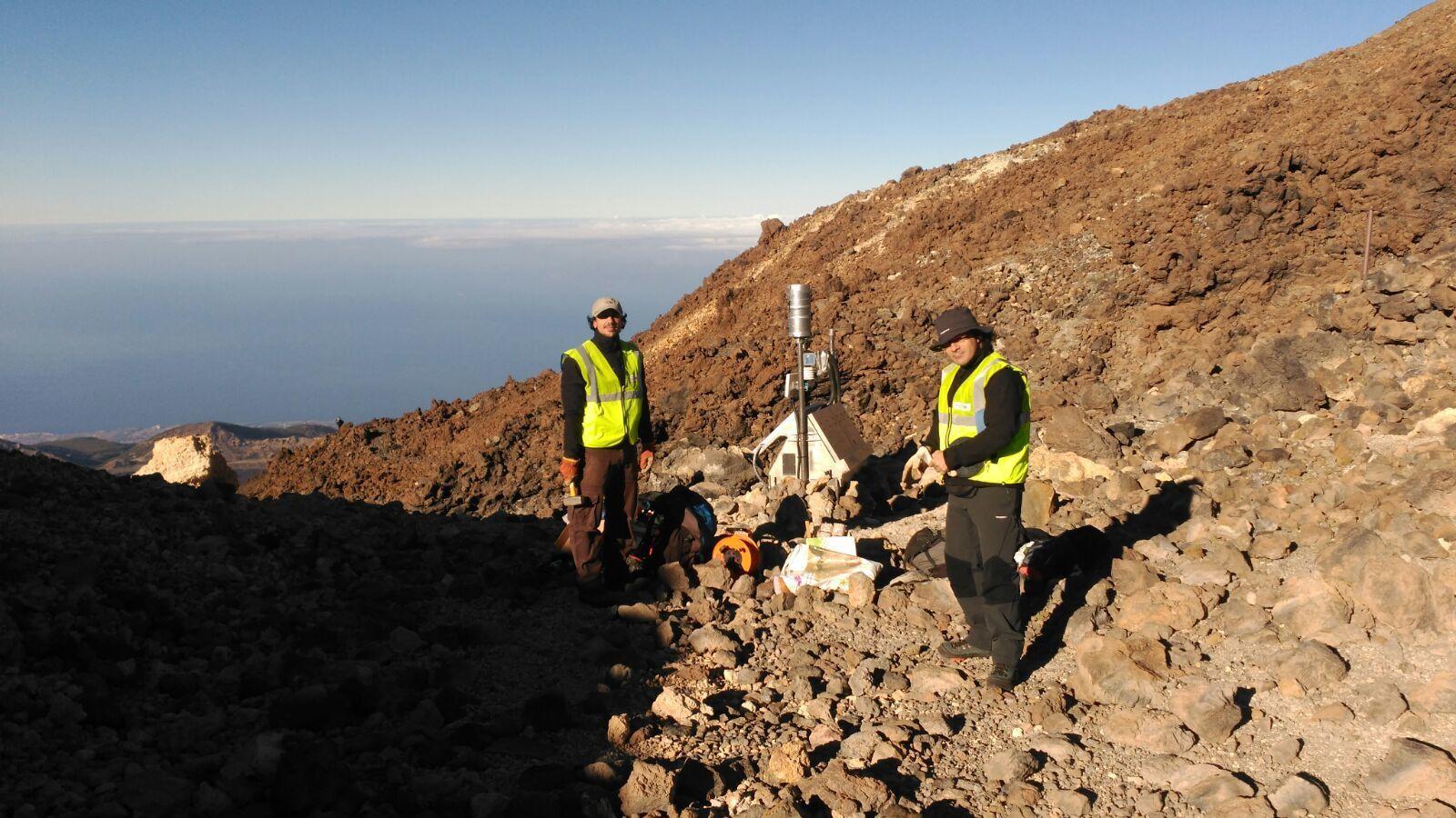 Teide - installation des appareils de mesure par les équipes MultiTeide ce 05.10.2016 - photo Diariodeavisos