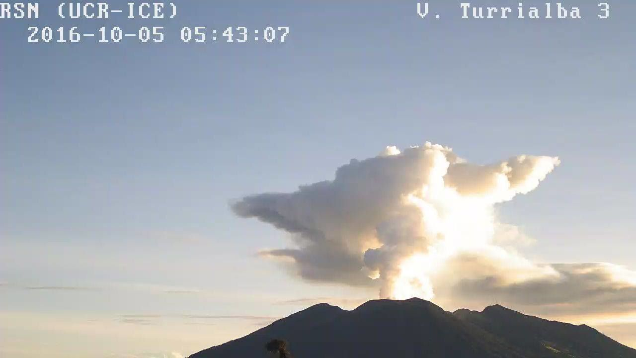 "Turrialba - 05.10.2016 /5 5h43 - le volcan mérite son nom : ""tour blanche"" - webcam RSN"