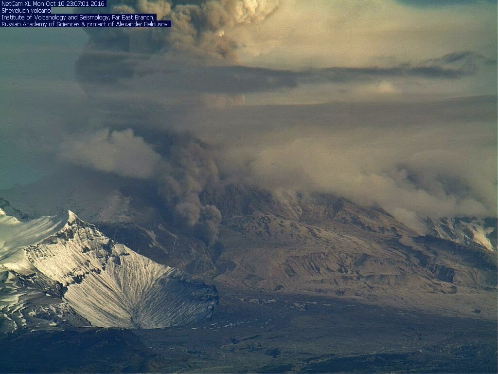 Sheveluch - 1010.2016 - ash plume and pyroclastic flow - webcam Inst. volcanology