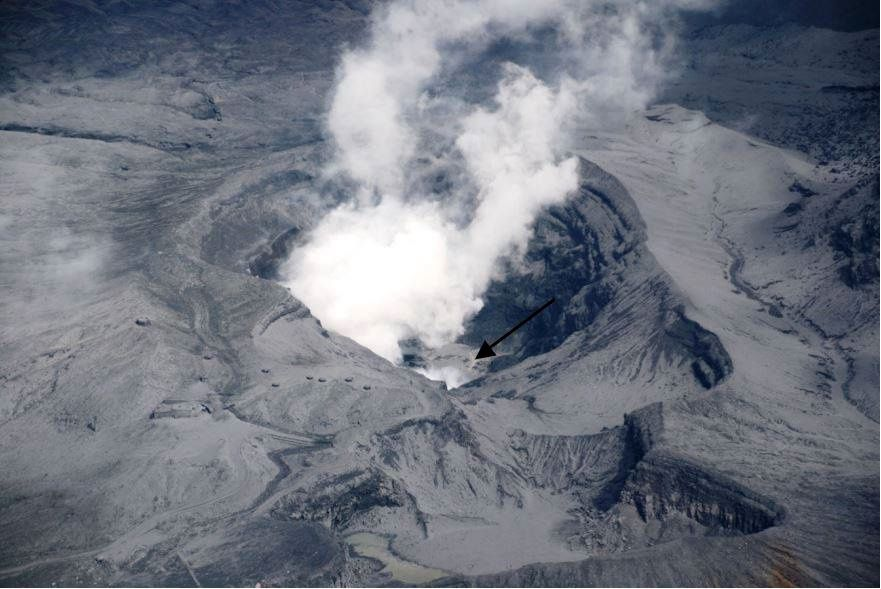 Aso, the crater Nakadake during the overflight - the presence of water and floating sulfur (arrow) - Doc. JMA