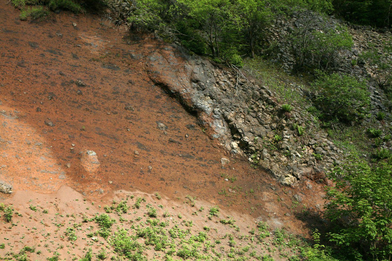 Le cratère de Gebirgsstein - Détail sur la paroi de tuff (scories et bombes) et les restes du basalte du lac de lave - photo © Bernard Duyck