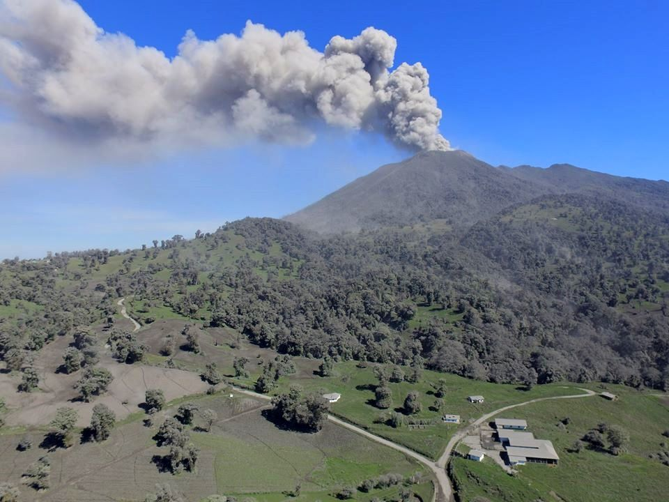 Turrialba - 09.11.2016 / 9h10-12 - two different views of the emissions by Ovsicori webcam and a drone of UAV-CNE