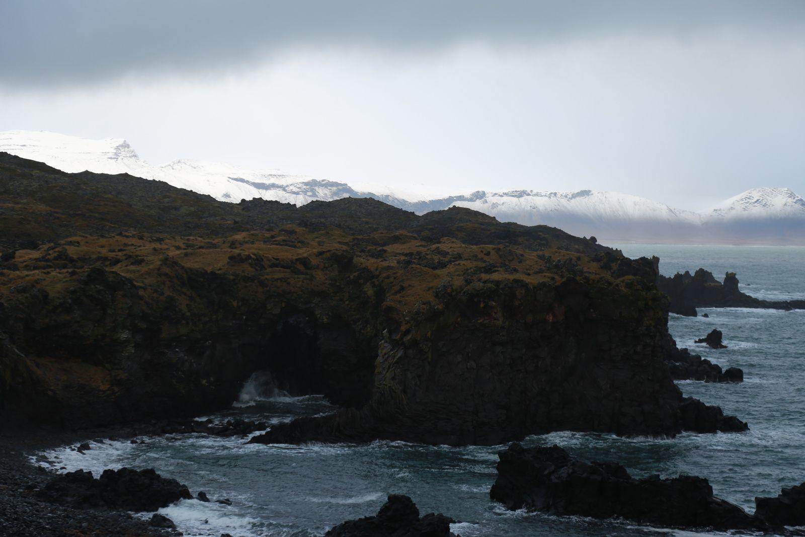 Une coulée du Snaefellsjökull plonge dans la mer près du port d'Arnarstapi - en arrière-plan, le Snaefellsjökull - photos © Bernard Duyck 10.2016