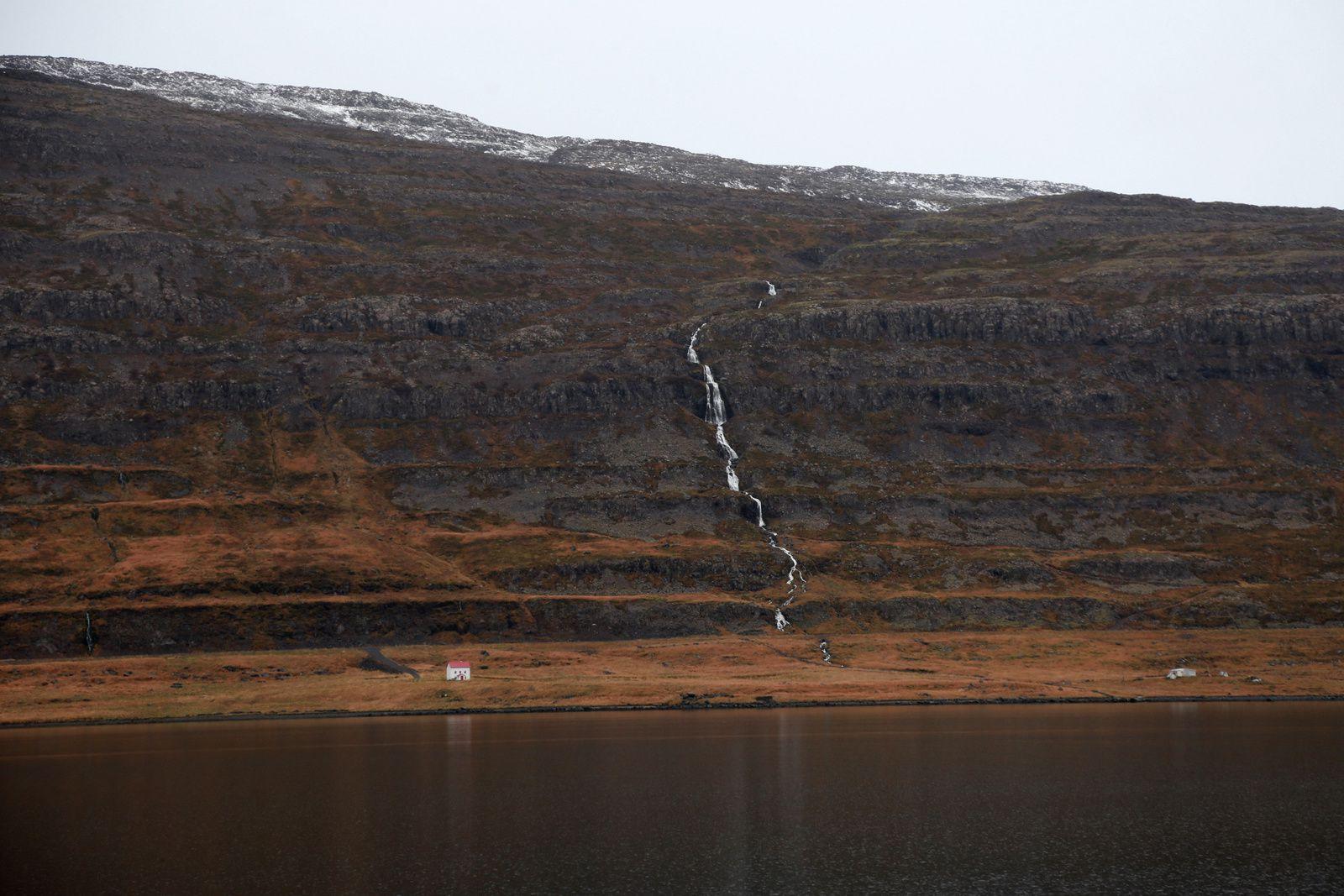 Ísafjarðardjúp - trapps basaltiques - la maison donne l'échelle - photo © Bernard Duyck 10.2016