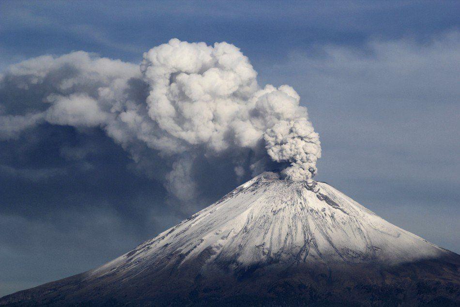 Popocatépetl - les émissions de gaz et cendres se sont poursuivies après l'explosion de 9h45 - photo El Metropolitano / Twitter