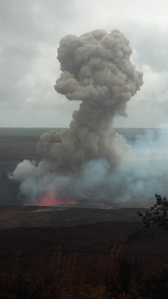 Kilauea - effondrement suivi d'explosion au cratère overlook - photo 29.11.2016 / 11h58 - Hawaï Volcanoes National Park