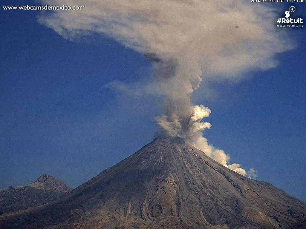 Colima - the explosion of 11:07 was accompanied by a small pyroclastic flow - webcamsdeMexico 13.12.2016 / at 11:11.