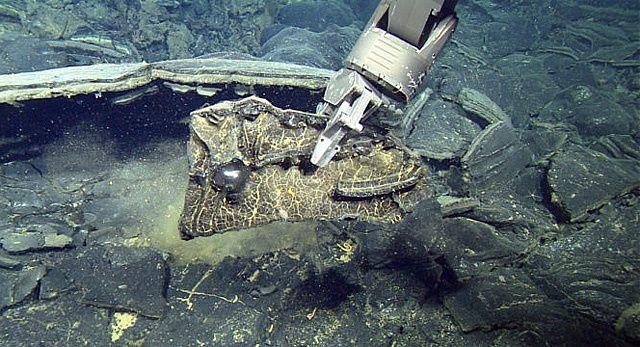 Axial seamount – Collecte d'un fragment de lave de l'éruption 2016 lors de la plongée de 2016 -  Image (c) 2016 MBARI