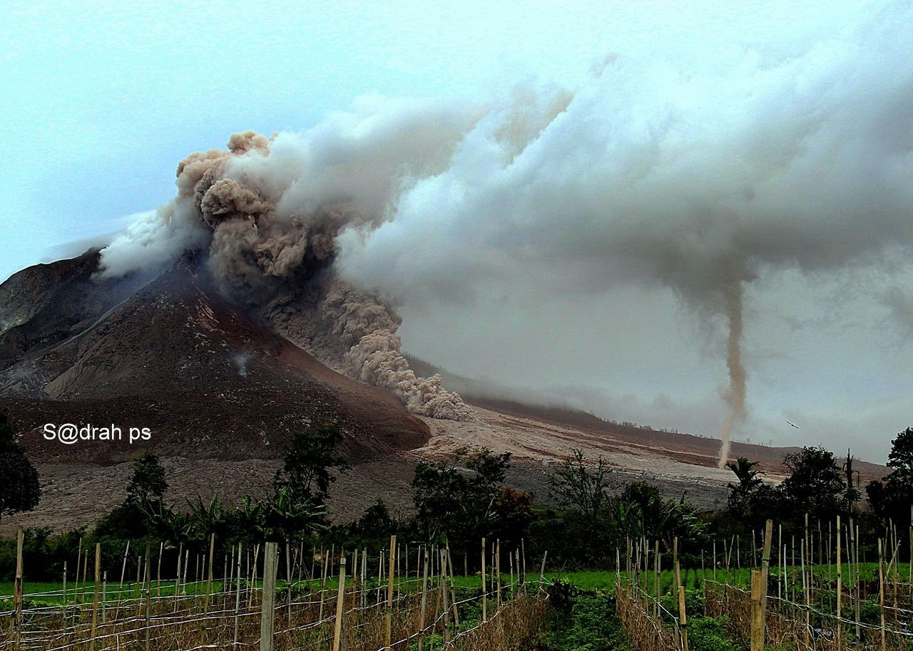Sinabung - Coulée pyroclastique et dust devil - 01.11.2016 - photo © Sadrah Peranginangin