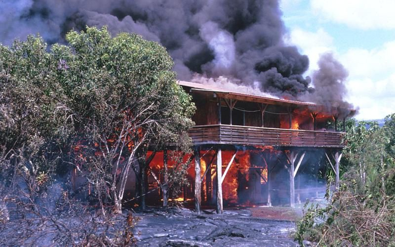 Kalapana - destruction of a house by lava flows - 02.05.1990 - photo HVO