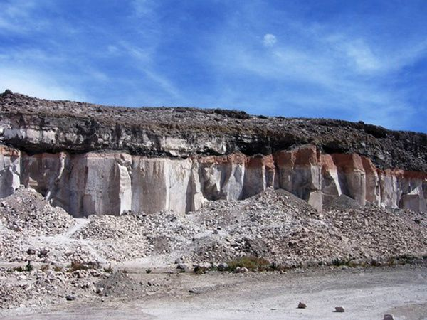 Arequipa - photo above, exploited ignimbrites of the canyon of Añashuayco - photo Scribd - photo at the bottom, white and pink ignimbrites topped by a layer of debris - photo Adri Noort / Panoramio