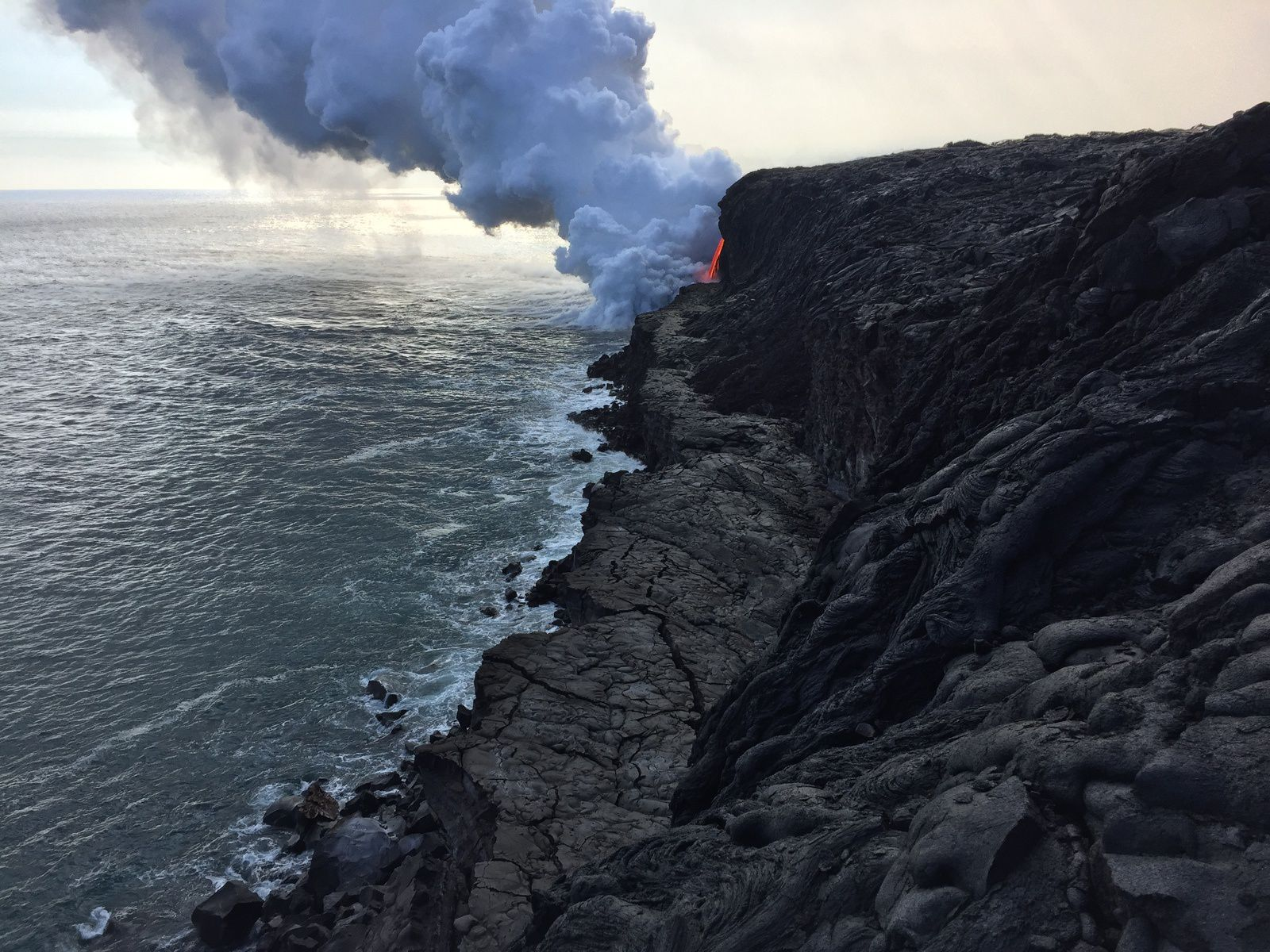 Kilauea / Kamokuna - Cracks in the remaining part of the lava delta after the collapse - HVO
