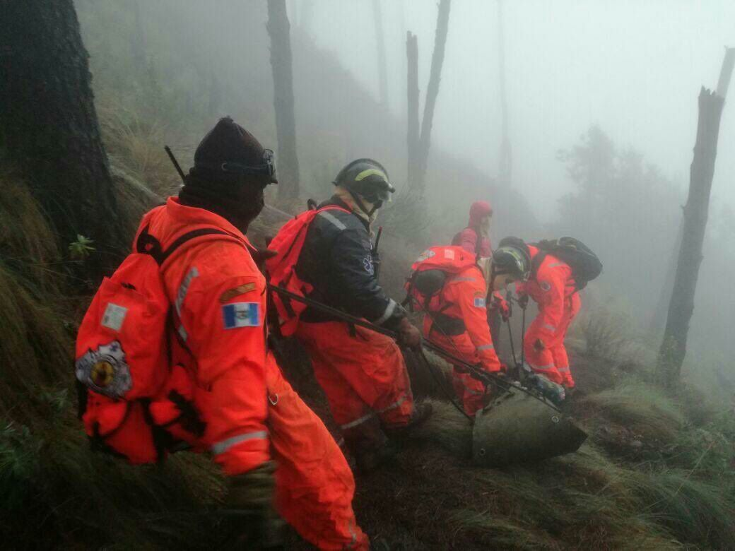 Rescue services on the slopes of Acatenango - doc.Prensa Libre / Twitter