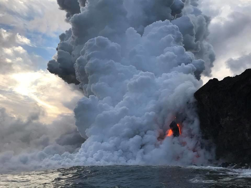 Kilauea - the entrance of the casting 61g to Kamokuna generates a strong corrosive plume - photo Lava ocean tours 11.01.2017