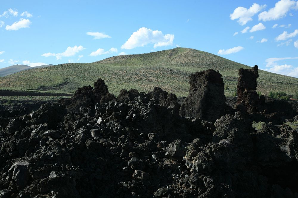 Crater of the Moon - Huge monoliths, on the North crater flow trail, are actually fragments of crater edges, carried away by lava flows - like icebergs by the sea - during the last eruption. Photo © Bernard Duyck