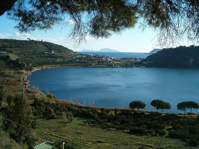 The lago Averno, with in the background on the left, the island of Capri - photo Denghiù