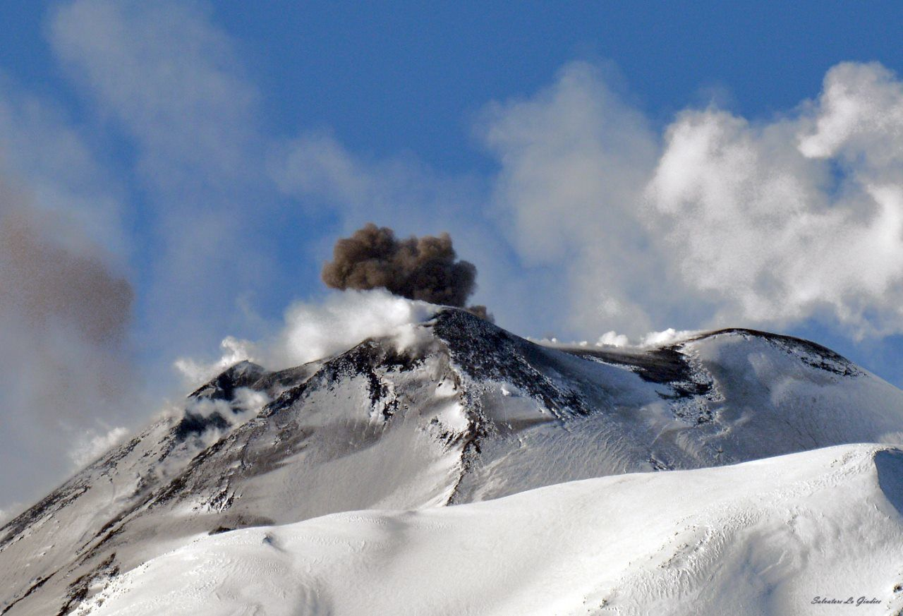 Etna - activity in the saddle between the two southeast craters blackens the snowy summit - photo 26.01.2017 Salvatore Lo Giudice