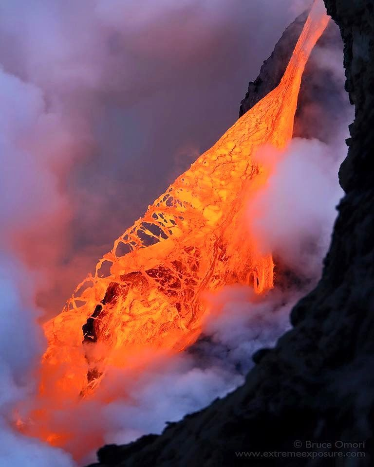 Hawaii  61 g episode - lava fall on 1 February&#x3B; The photo of Bruce Omori accounts for the extreme fluidity of the lava / Extreme exposure.