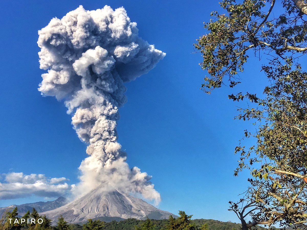 The eruptive plume of the Colima on 03.02.2017 / 17h32 - photo Sergio Tapiro
