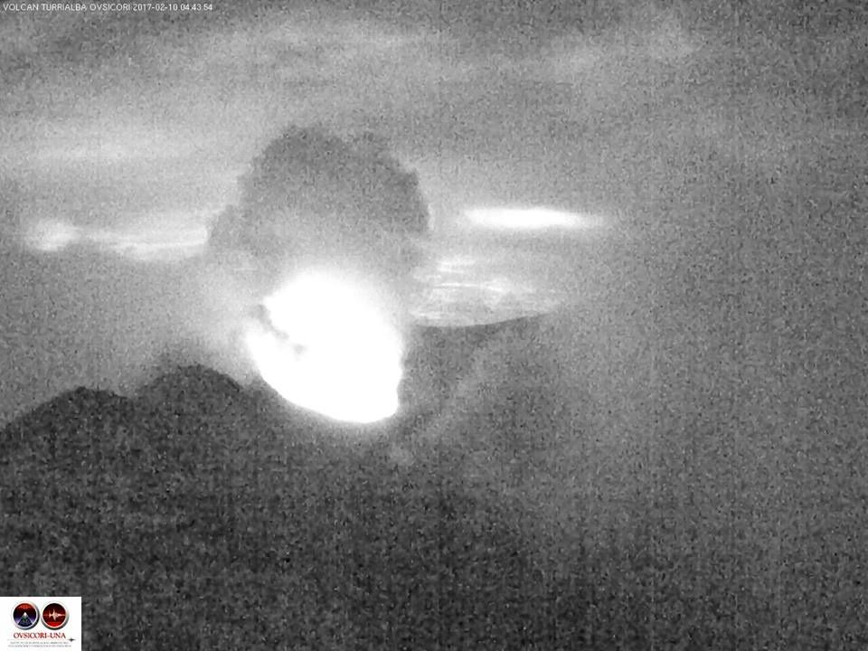 Turrialba - 10.02.2017 / 4h43 - radiation thermique des gaz émis par le cratère actif (spectre IR) - photo webcam Ovsicori
