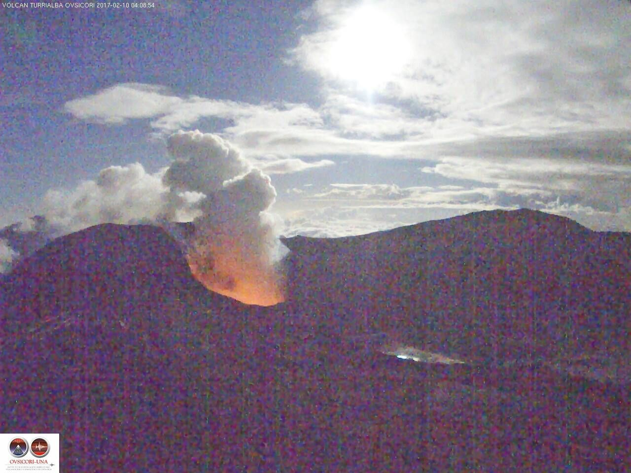 Turrialba - 10.02.2017 / 4h08 - incandescence dans la cratère actif (spectre visible) - photo webcam Ovsicori