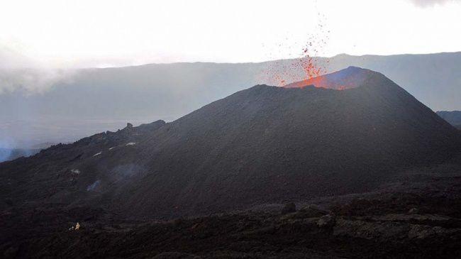 Le cône actif du Piton de La Fournaise - un personnage à gauche donne l'échelle - photo Imazpress