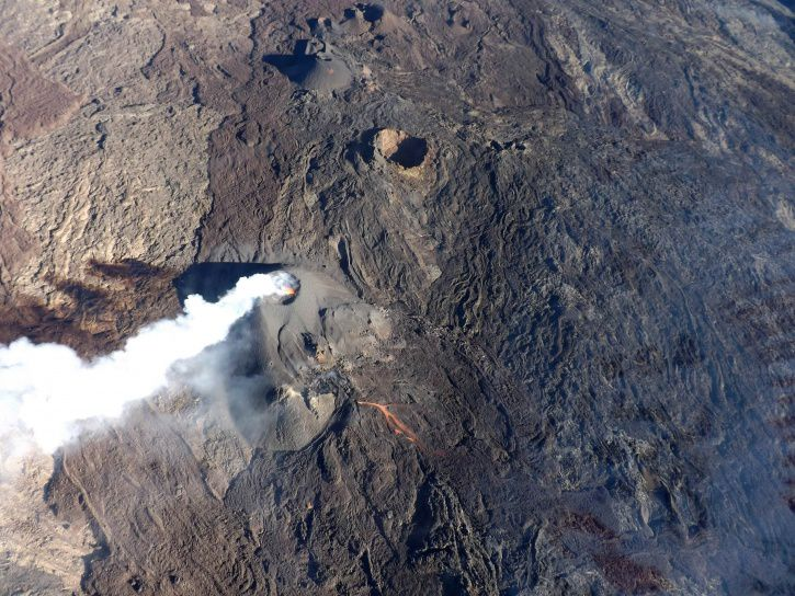 Piton de La Fournaise - Aerial view of 22 February 2017, from the vent of the current eruption. A channel from the cone towards the southeast is seen, as well as the plume pushed by the wind towards the south coast. - photo OVPF