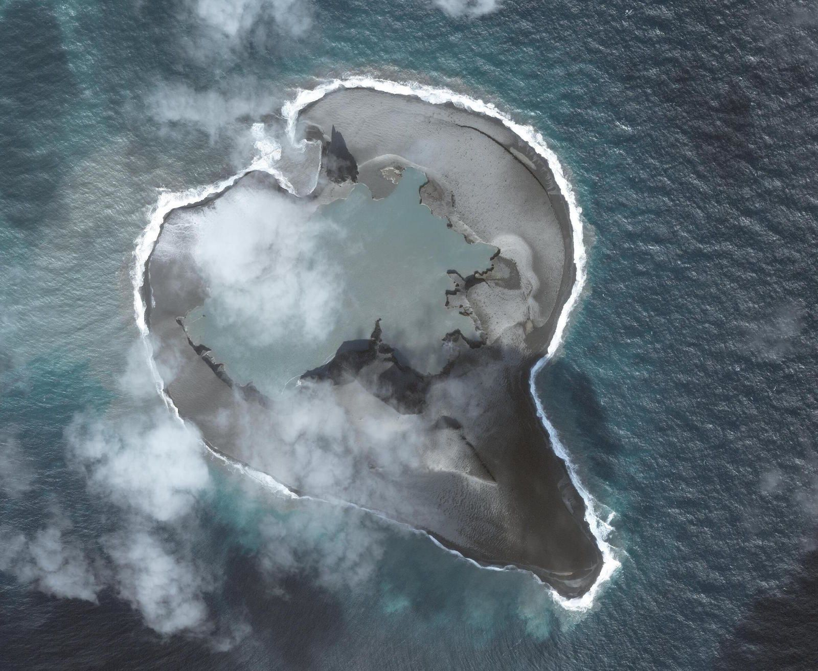 Bogoslof - changements morphologiques au 11.03.2017 - un clic pour agrandir  - photo Dave Schneider / AVO / Worlview 2 sat  Image data provided under Digital Globe NextView License.