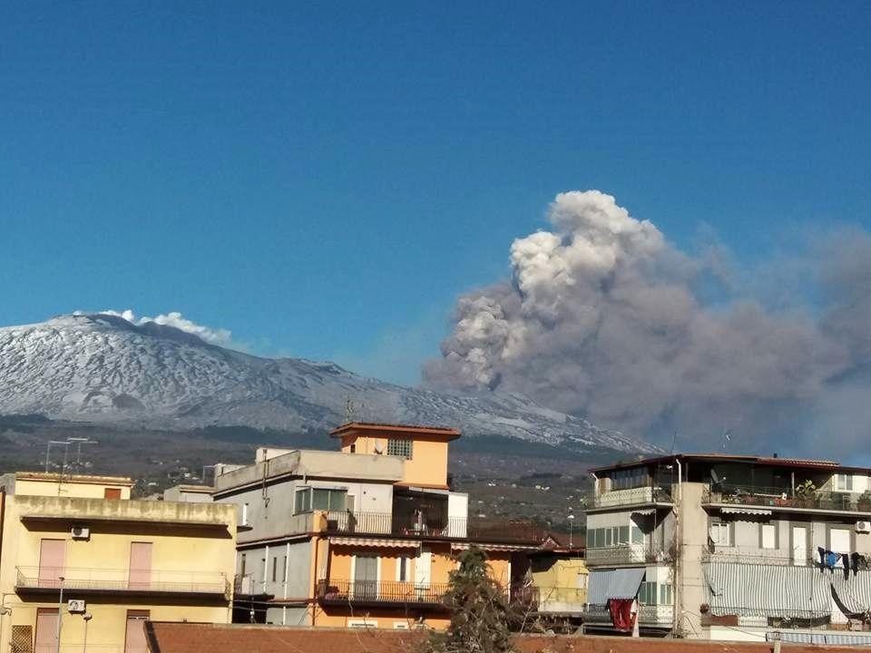 Etna - 18.03.2017 - activité sommitale en baisse, tandis que se développe un nuage de cendres (gris) et de vapeur d'eau (blanc) - photo Chiara D'Amico