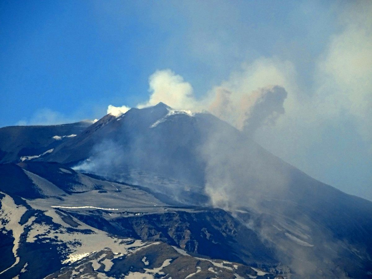 Etna on 19.03.2017 - puff of ashes from the puttusiddu of the NSEC - photo Boris Behncke