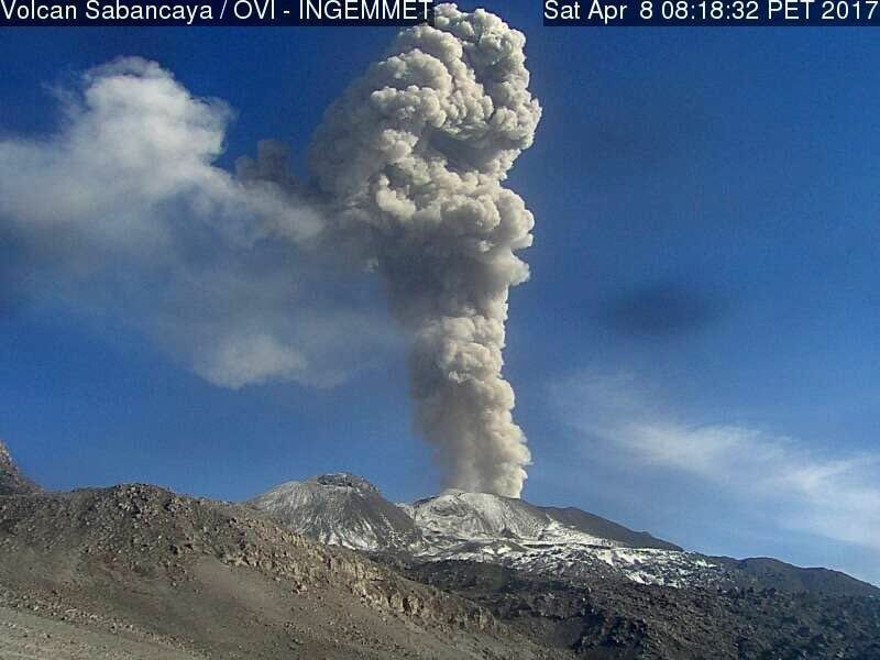 Sabancaya - plumes of gas and ashes on 08.04.2017 at 7.55 am and 8.18 am loc. - webcam OVI-Ingemmet