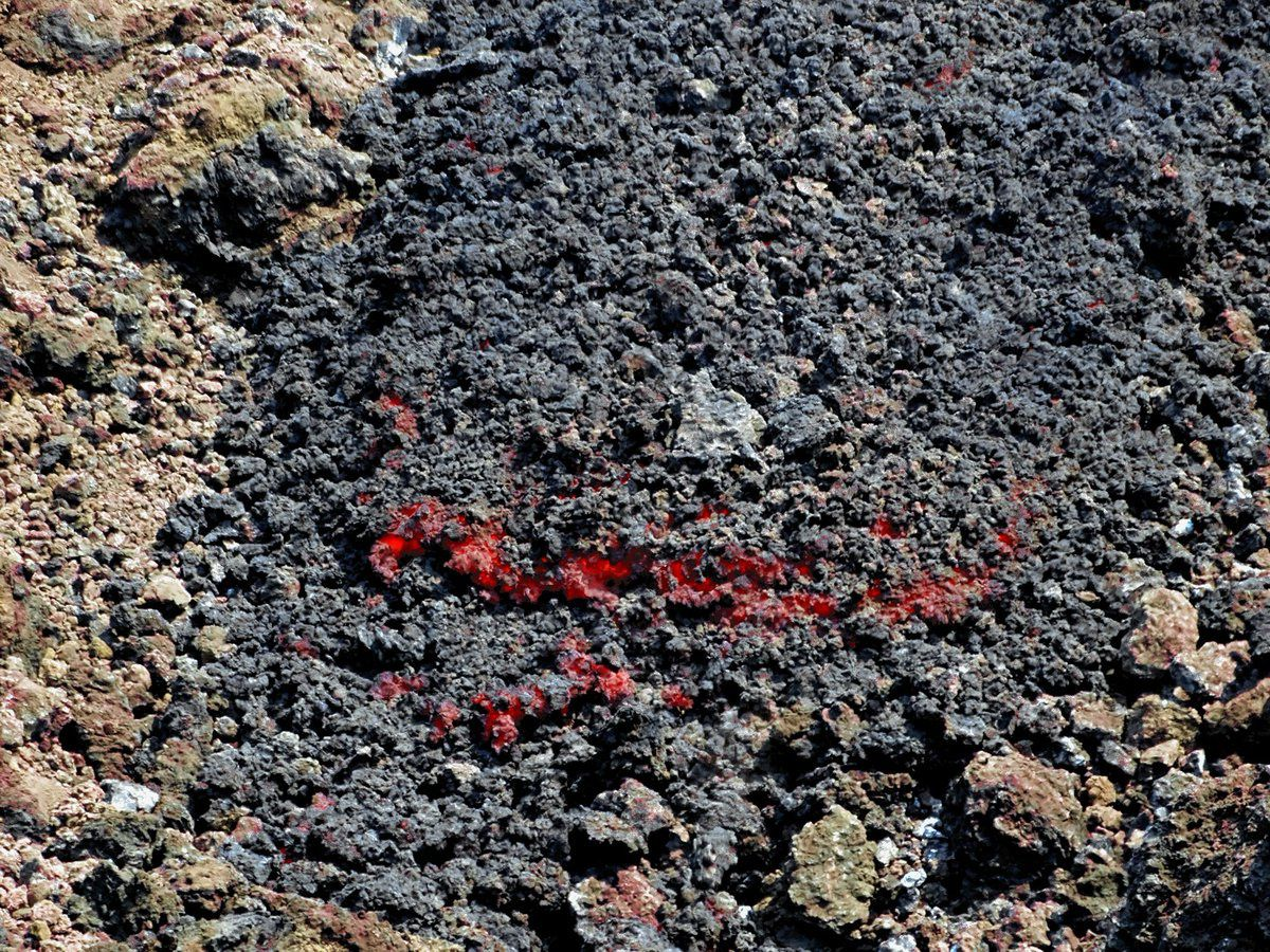 Etna - small lava flow on the south upper flank at an altitide of 2,630 meters - photo Boris Behncke during a field visit on 08.04.2017