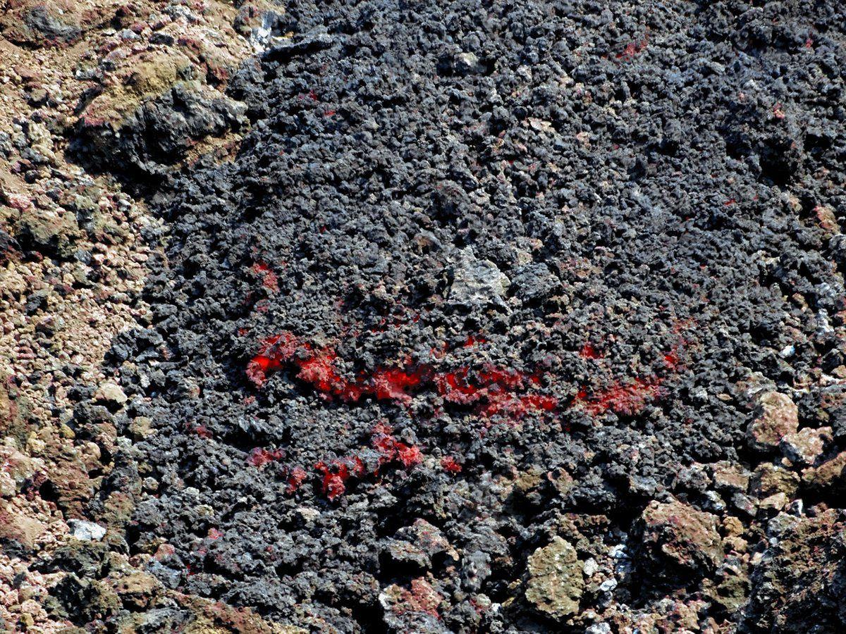 Etna - petite coulée de lave sur le flanc supérieur sud à une altitide de 2.630 mètres - photo Boris Behncke lors d'une visite de terrain le 08.04.2017