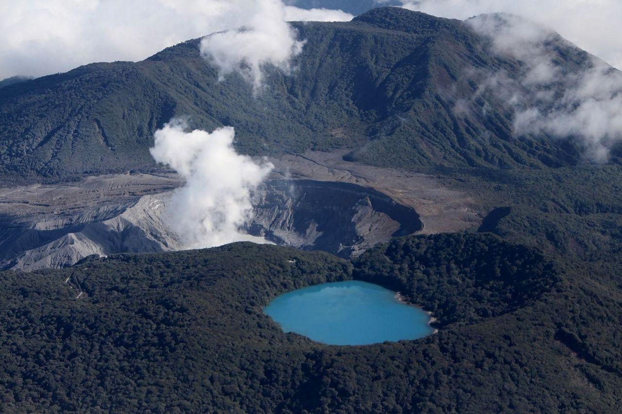 Poas - le cratère actif et la laguna Botos vus le 18.04.2017 lors d'un survol par Geoffroy Avard Ph.D et Federico Chavarría-Kopper / Ovsicori