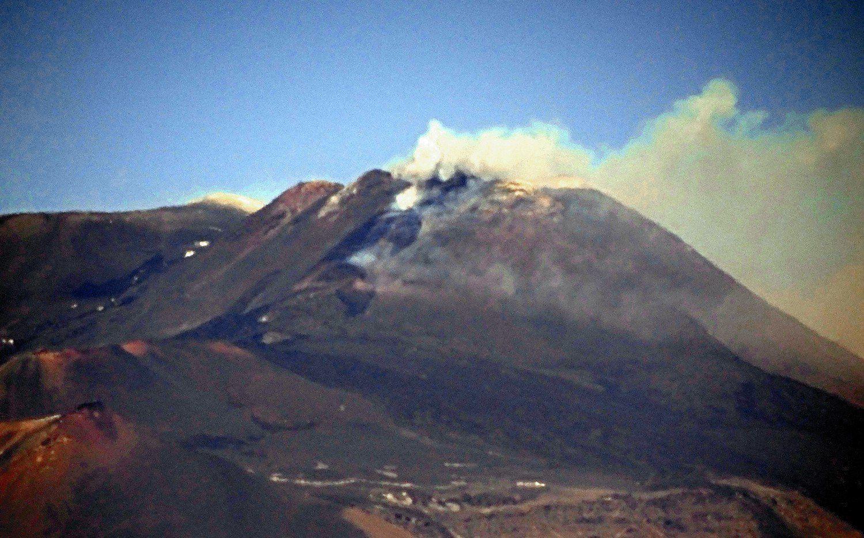 Nouvelle éruption à l'Etna ce 19.04.2017 - photo prise à 14h par Boris Behncke depuis l'INGV-Osservatorio Etneo de Catania, à 27 km de distance.