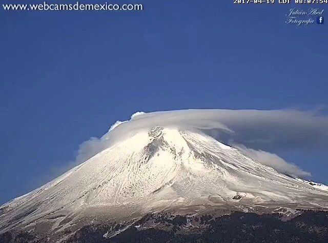Popocatépetl - light lenticular and small exhalation on 19.04.2017 / 8h07 - webcamsdeMexico