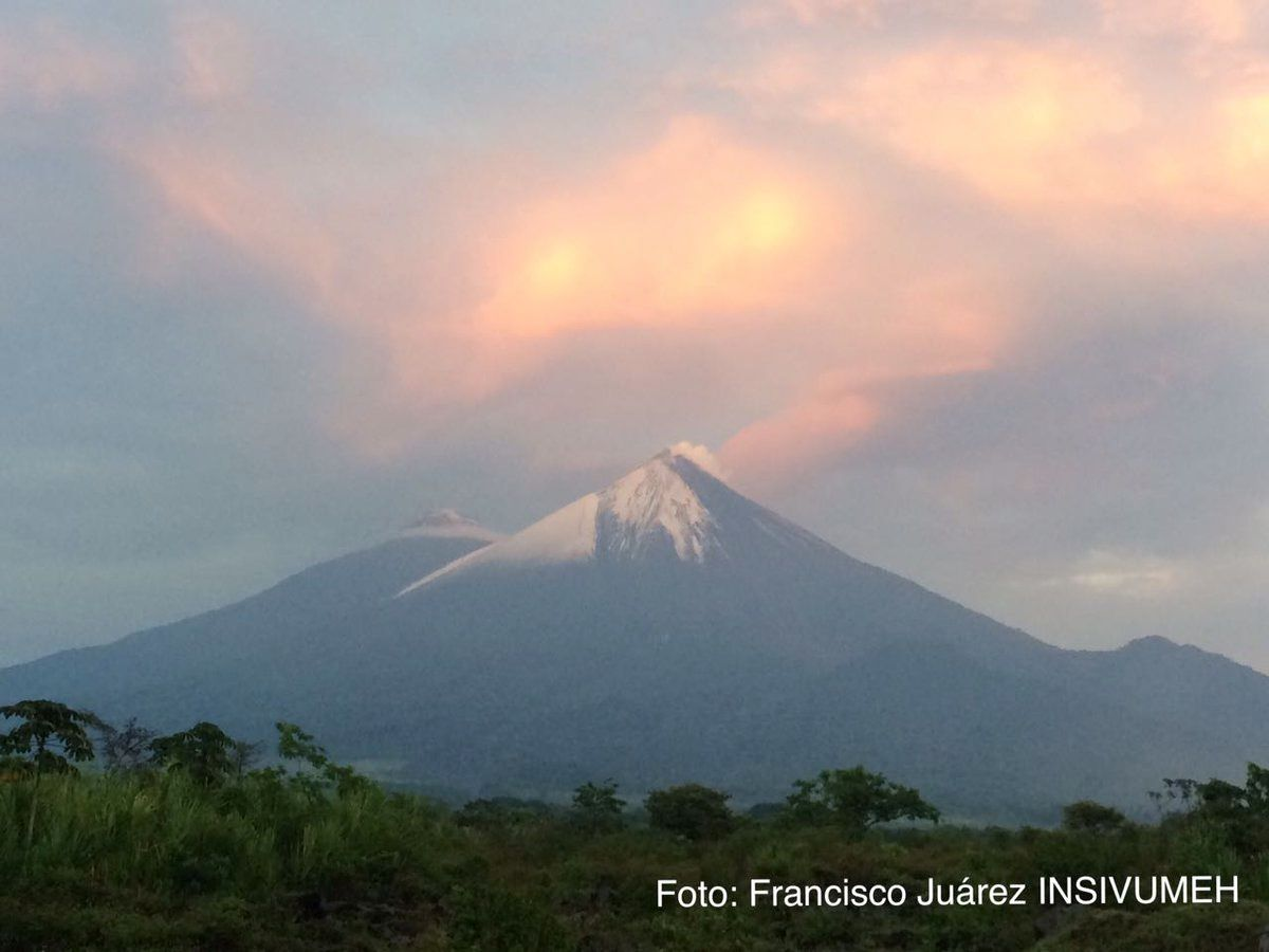 The top of the Fuego covered with snow on 20.04.2017 - photo Francisco Juarez / Insivumeh